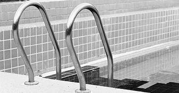 Image noir et blanc d'une échelle de piscine